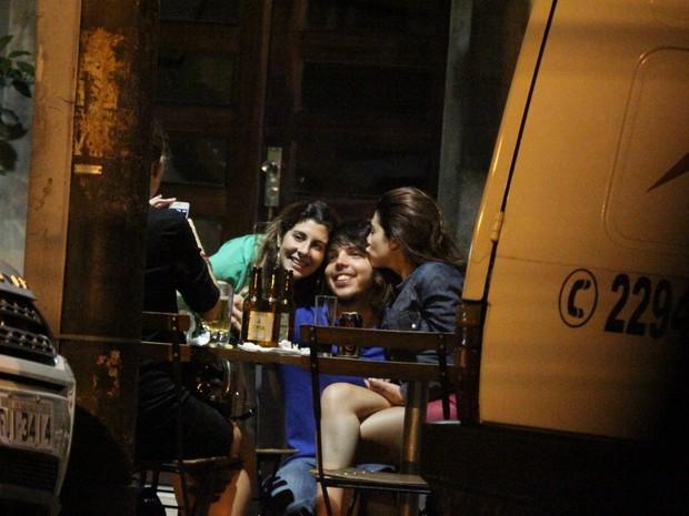 Fernanda Paes Leme com amiga em bar na Zona Sul do Rio (Foto: Delson Silva/ Ag. News)