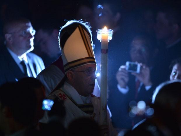 Papa Francisco segura vela durante a Vigília Pascal, na Basílica de São Pedro, no Vaticano; cerimônia marca a ressurreição de Cristo (Foto: Filippo Monteforte/AFP)