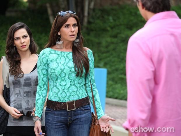 Calra fica sem entender a reação explosiva do marido (Foto: Pedro Curi/TV Globo)