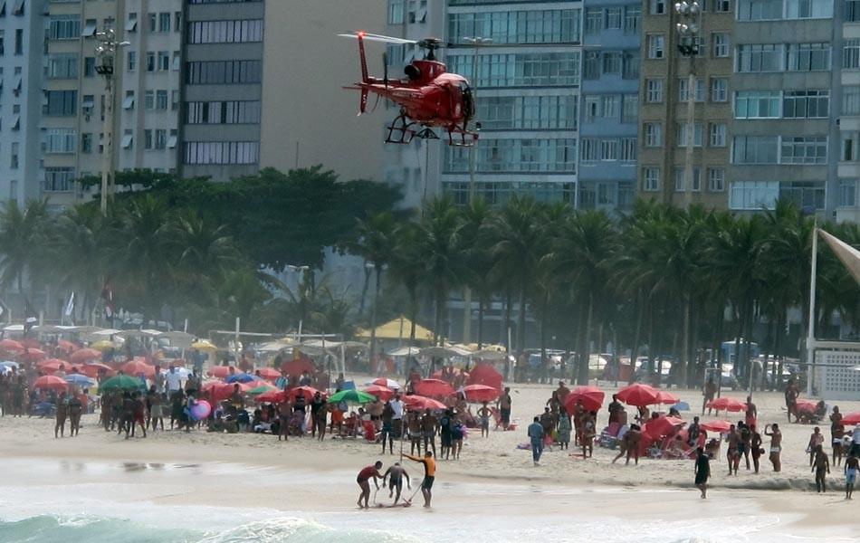 Salvamento dos Bombeiros na Praia de Copacabana (Foto: Bernardo Tabak/G1)