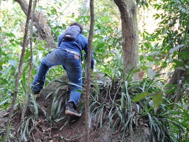 Perdido na mata com Lia, Dinho escala pedra, cai de muito alto e fica ferido  (Foto: Divulgação/TV Globo)
