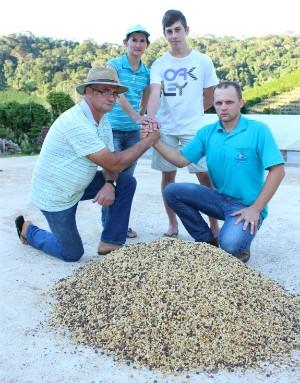 A família do cooperado Adriano Wruck, que produz café, além de outros produtos (Foto: Bruno Faustino/ G1 ES)