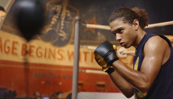 Pai de Izzi (Corbin Bleu) espera que ele seja lutador de boxe (Foto: Divulgação/Reprodução)