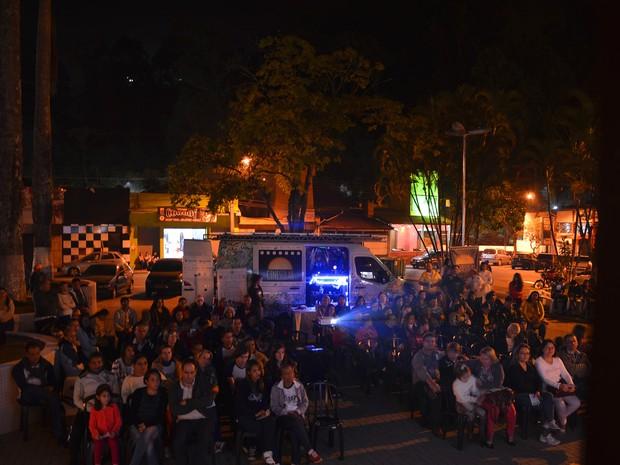 Sessões de cinema são realizadas ao ar livre e com o uso de energia solar (Foto: Divulgação/Cinesolar)