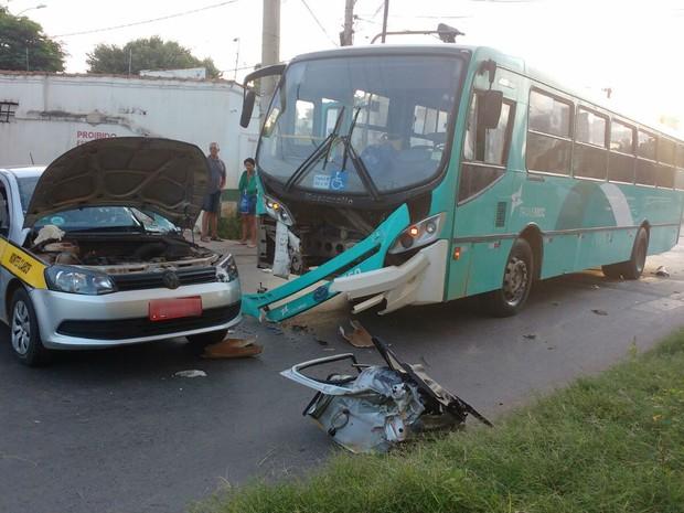 Acidente ocorreu em esquina da Rua Santa Maria com a Avenida Deputado Esteves Rodrigues (Foto: Arquivo Pessoal / Juliana Peixoto)