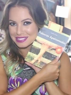 Ex-bbb e atual blogueira Juliana Goes com o livro Palavras Apaixonadas (Foto: Divugalção / Facebook)