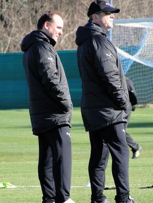 Levir Culpi com o médico no treino do Atlético-MG (Foto: Leonardo Simonini)