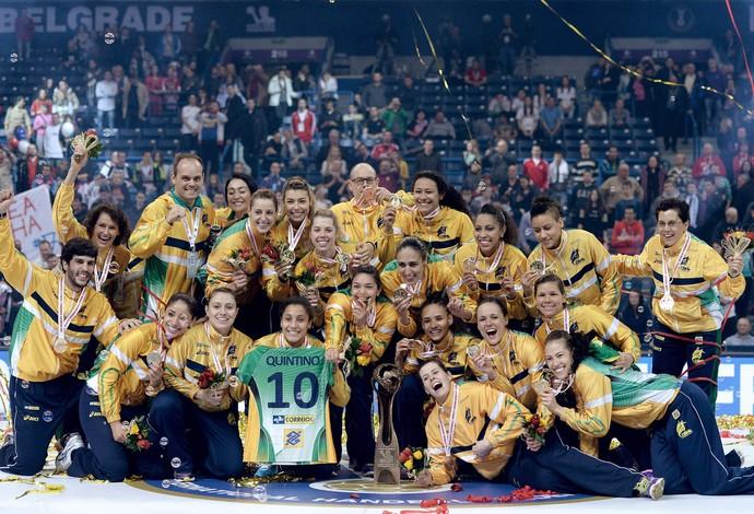 taça comemoração Brasil handebol final Sérvia Mundial (Foto: EFE)