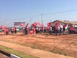 MST levou cerca de 200 pessoas ao conjunto (Foto: Mariane Peres/G1)