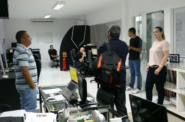 Ator da TV Clube questiona mídias e publicitários sobre o caminho para chegar à Antártica (Foto: TV Clube)