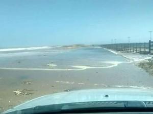 Água chegou a invadir a estrada no Farol (Foto: Ascom Campos dos Goytacazes/Divulgação)