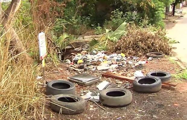 Lixo descartado de forma irregular pode se tornar espaço de acumulo de água Goiás (Foto: Reprodução/ TV Anhanguera)
