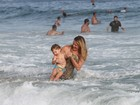 Letícia Birkheuer aproveita praia com o filho no Rio