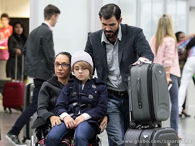 Paulinha é levada por Alejandra e Ninho no aeroporto (Foto: Amor à Vida/TV Globo)