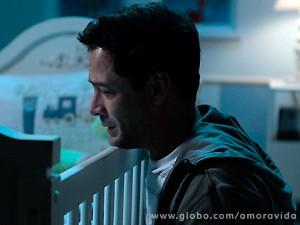 Ele chora de felicidade por achar ter sido abençoado por Deus (Foto: Amor à Vida / TV Globo)