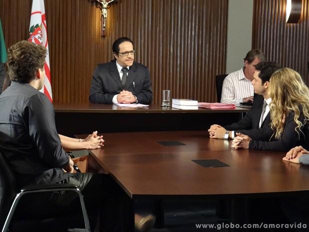 O juiz bate o martelo e profere a verdade: Fabrício é filho de Niko! (Foto: Amor à Vida / TV Globo)