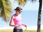 Sophie Charlotte passeia com cachorro na orla do Rio