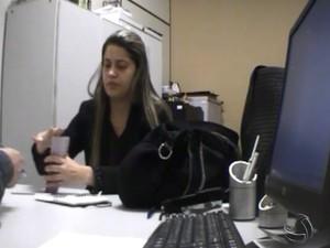 Mulher é presa suspeita de cobrar propina da direção do Hospital de Câncer de Campo Grande (Foto: Reprodução/TV Morena)
