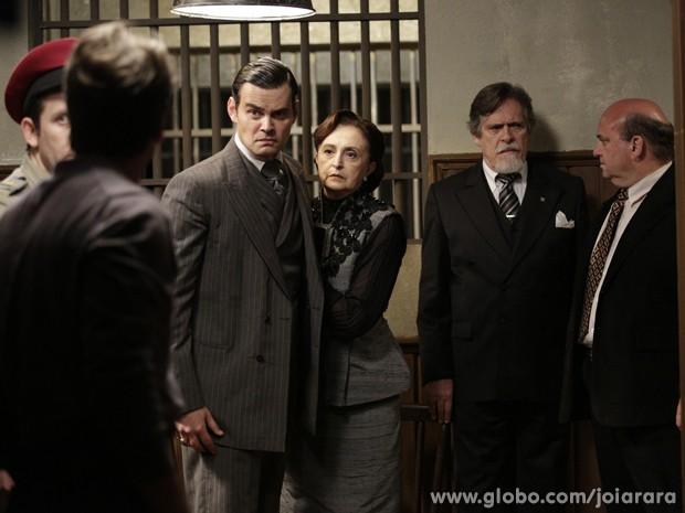 Franz vai prestar queixa contra Manfred e encontra o irmão na delegacia (Foto: Fábio Rocha/TV Globo)