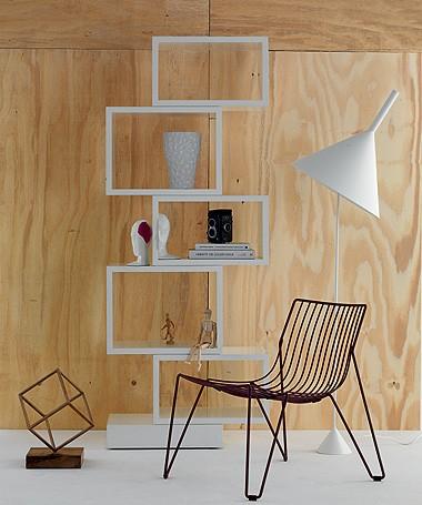 O painel de madeira clara com as peças de traços modernos e inserções de branco remetem à decoração escandinava (Foto: César Cury/ Editora Globo)