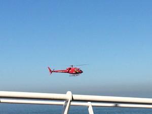 Bombeiros usam helicóptero para buscar possíveis novas vítimas da queda da ciclovia (Foto: Fernanda Rouvenat/G1)