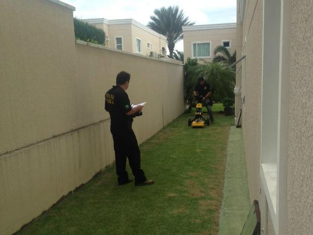 Polícia Federal utiliza equipamento eletrônico para tentar encontrar dinheiro enterrado (Foto: PF/Divulgação)