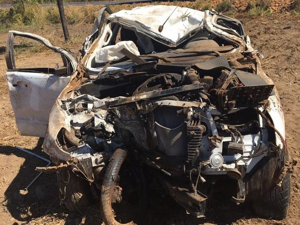 Caminhonte fica destruída ao bater de frente com motocicleta (Foto: PRF/Divulgação)