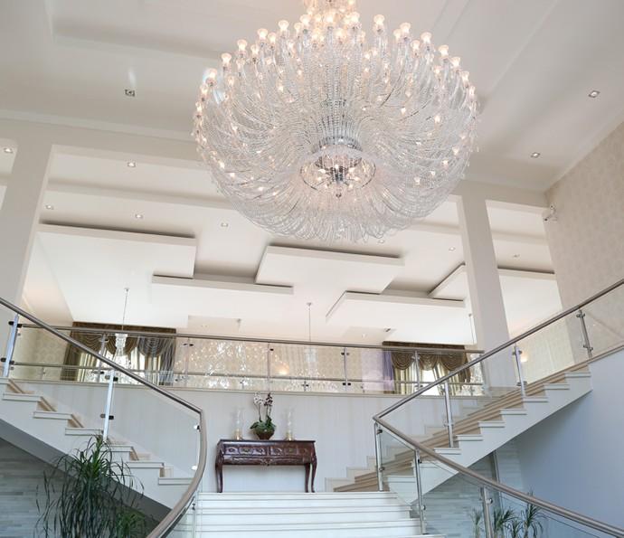 Escadaria luxuosa faz parte da casa de Luciano Camargo (Foto: Carol Caminha/Gshow)