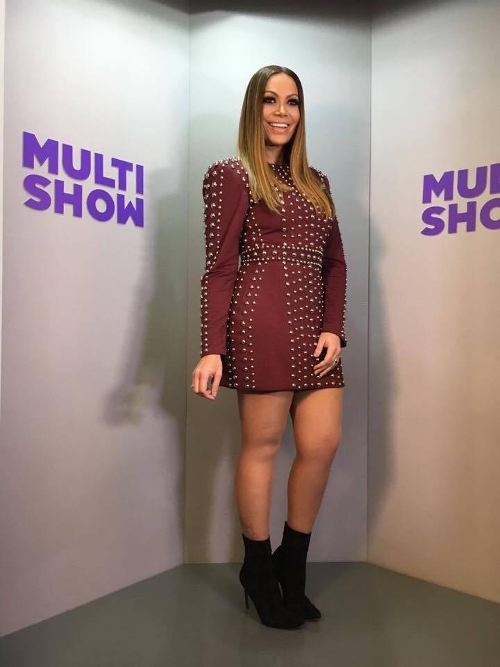 Solange Almeida arrasa em vestido vermelho para apresentar o Msica Boa Ao Vivo (Foto: Multishow)