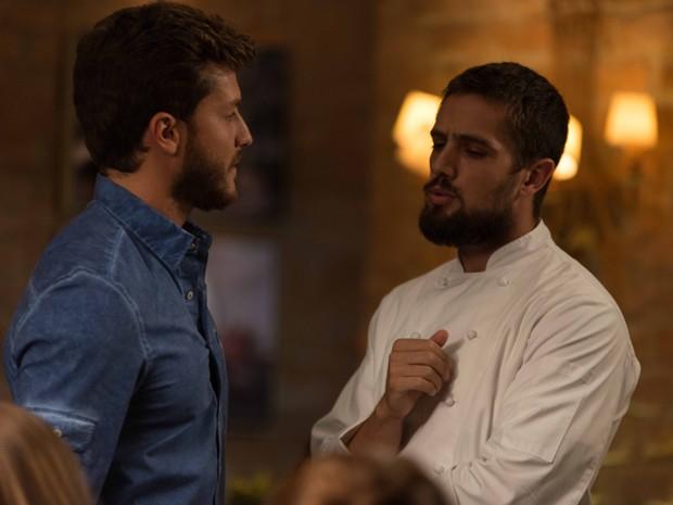 Vicente aprova hamburgueres de Leonardo (Foto: Camila Lopes / Gshow)