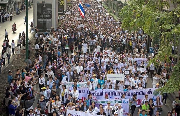 Médicos e enfermeiros protestam nas ruas de Bangcoc, na Tailândia, contra o governo, considerado corrupto. (Foto: Nicolas Asfouri/AFP)