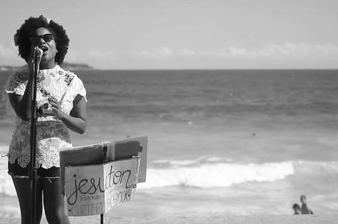 A cantora Jesuton lança clipe da música-tema de Theo e Morena em 'Salve Jorge' (Foto: Reprodução da internet)