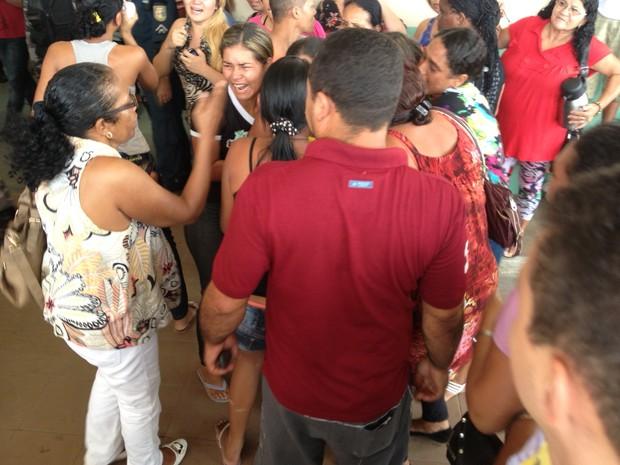 Familiares do ex-vereador em frente ao Hospital Geral de Roraima, onde foram buscar informações do acidente (Foto: Marcelo Marques/G1)