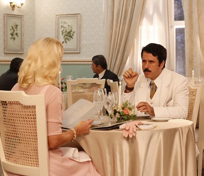 Ernesto aconselha Sandra a ler todas as cláusula do testamento de Anastácia (Foto: Ellen Soares/Gshow)
