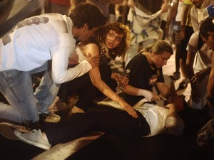 Manifestante recebe ajuda durante confronto com a polícia no Rio de Janeiro (Foto: Lunae Parrach/Reuters)