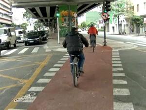 Ciclista na ciclovia sob o Minhocão, na Rua Amaral Gurgel, em SP, em 04/08. (Foto: Reprodução/SPTV)