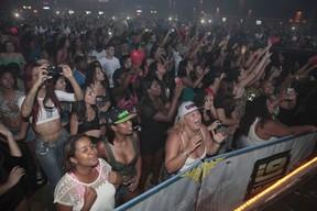 Fãs em show de Belo em São Gonçalo, no Rio de Janeiro (Foto: Isac Luz/ EGO)