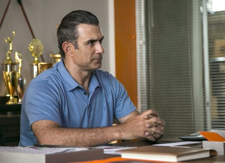 Prestes a descobrir quem é seu pai, Joana recebe elogio de Ricardo