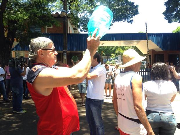 Protesto em frente à Sanepar em Maringá, no norte do Paraná, se estendeu por cerca de duas horas neste domingo (17) (Foto: Marco Matos / RPC)