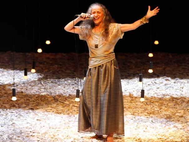 Bethânia mistura o que há de melhor nos concertos musicais com a teatralidade (Foto: divulgação)