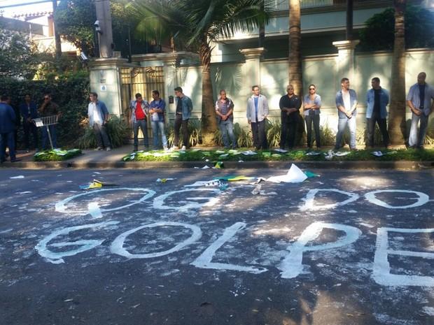 Manifestantes escrevem 'qg do golpe' na rua (Foto: Tatiana Santiago/G1)