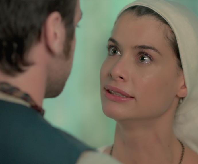 Lívia interrompe Pedro e pede para que ele se afaste dela (Foto: TV Globo)