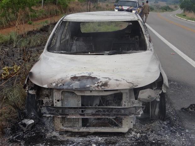 Carro de idoso ficou destruído  (Foto: Divulgação/PRF)