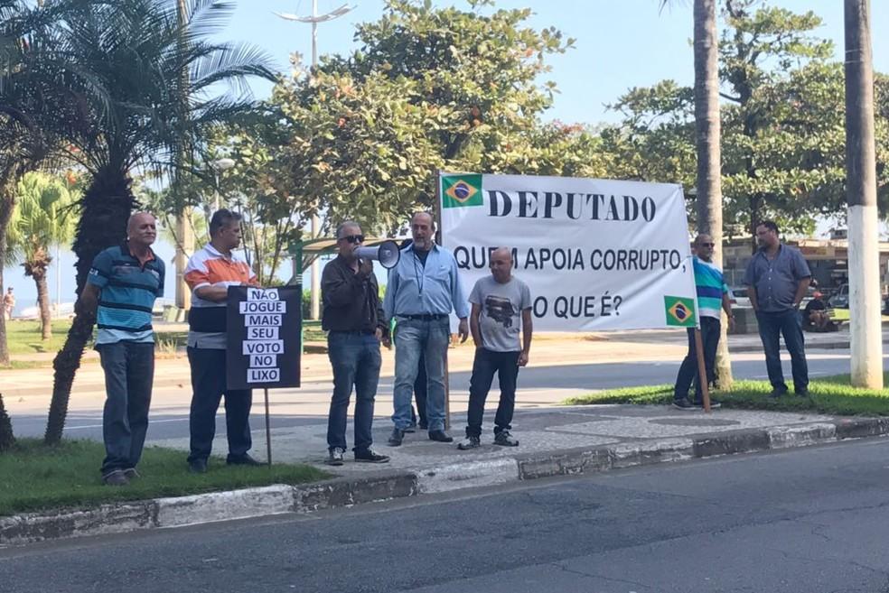 Grupo fez ato foi pacífico em frente a orla de Santos  (Foto: José Claudio Pimentel/G1)
