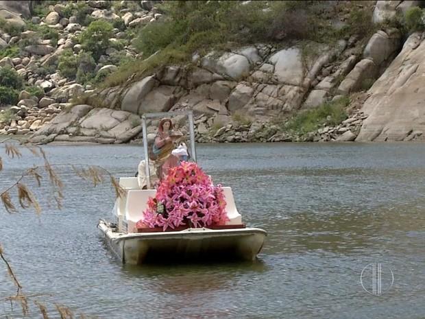 Imagens de Sant'Ana e de Nossa Senhora da Guia cruzam açude Gargalheiras, no RN, de barco (Foto: Reprodução/Inter TV Cabugi)