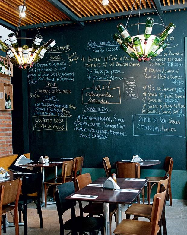 Cardápio na lousa que toma toda a parede, na Casa Carandaí (Foto: Foto Tomás Rangel/Divulgação)
