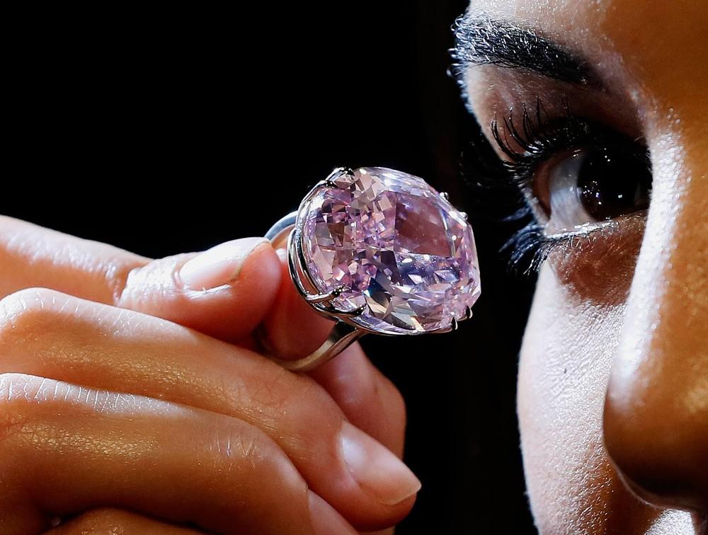Diamante rosa avaliado em U$60 milhões irá a leilão em Hong Kong (Foto: Kirsty Wigglesworth/AP)