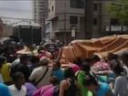 População disputa farinha de trigo de caminhão tombado na Venezuela
