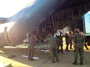Aeronave da FAB carrega produtos perecíveis que estavam 'presos na BR-364 (Foto: Andréa Zílio/arquivo pessoal)