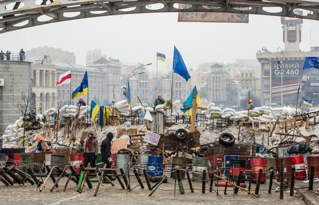 Manifestantes armam uma barricada na Praça da Independência, em Kiev, Ucrânia. Os manifestantes se opõe ao governo do presidente Viktor Yanukovych, que recusou a aproximação com a União Européia em favor de pressões da Rússia (Foto: Brendan Hoffman/Getty Images)